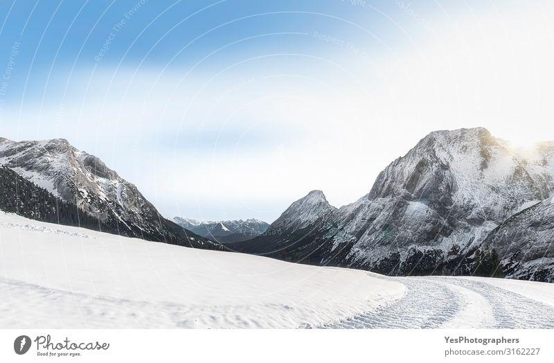 Schneebedeckte Berge und verschneite Natur. Winterlandschaft Sonne Berge u. Gebirge Landschaft Klimawandel Wetter Schönes Wetter Alpen Gipfel Straße hell weiß