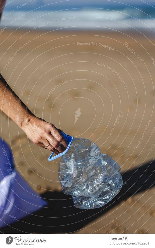 Frau, die Müll und Plastik aufhebt und den Strand reinigt. Flasche Lifestyle Meer Erwachsene Hand Umwelt Natur Sand Küste Hund Paket Kunststoff nachhaltig