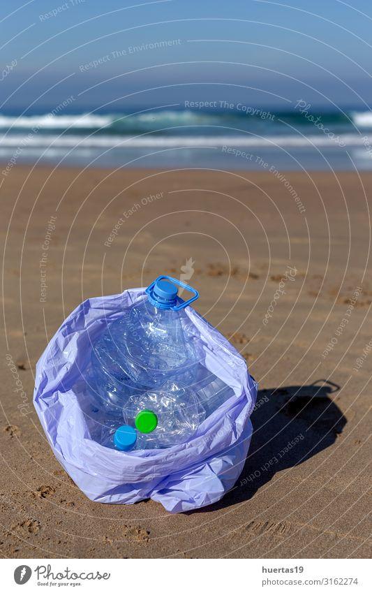 Kunststoffe reinigen den Strand Flasche Lifestyle Meer Frau Erwachsene Hand Umwelt Natur Landschaft Sand Küste Hund Paket nachhaltig Sauberkeit blau