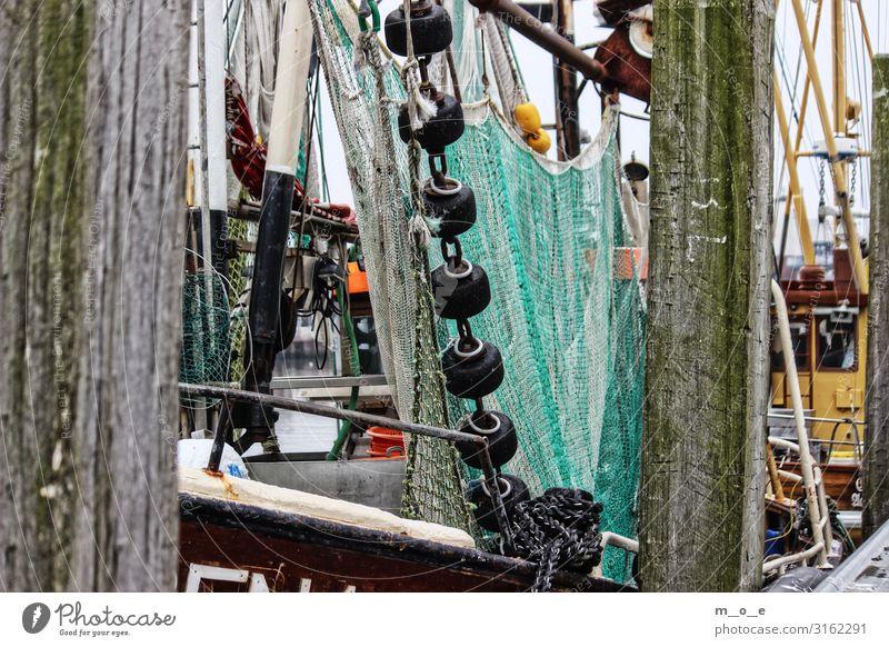 Fischkutter im Hafen von Bensersiel Fischer Seil Wasser Küste Meer Fischerdorf Hafenstadt Schifffahrt Bootsfahrt Fischerboot Wasserfahrzeug Segel An Bord