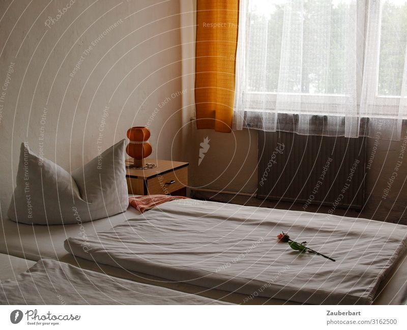 Be my guest Tourismus Lampe Bett Schlafzimmer Rose Fenster Kissen Bettdecke Gardine Nachttisch warten einfach retro grau orange weiß Ordnungsliebe zurückhalten