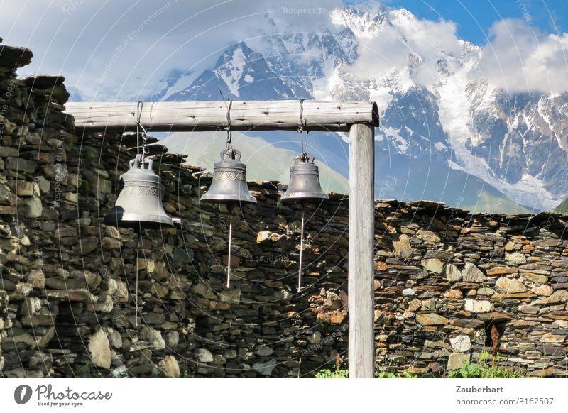Bergglocken Tourismus Ferne Berge u. Gebirge Wolken Kirche Ruine Mauer Wand Glockenturm Ferien & Urlaub & Reisen wandern alt exotisch blau braun Güte geduldig