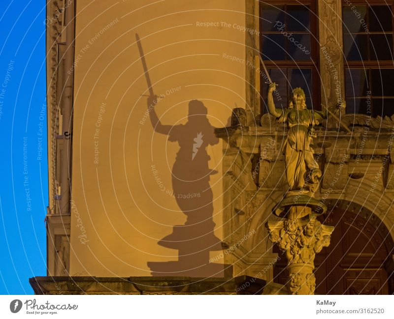 Recht bei Nacht Kunst Skulptur Architektur Görliltz Lausitz Sachsen Deutschland Europa Stadt Altstadt Menschenleer Rathaus Bauwerk Gebäude Mauer Wand Fassade