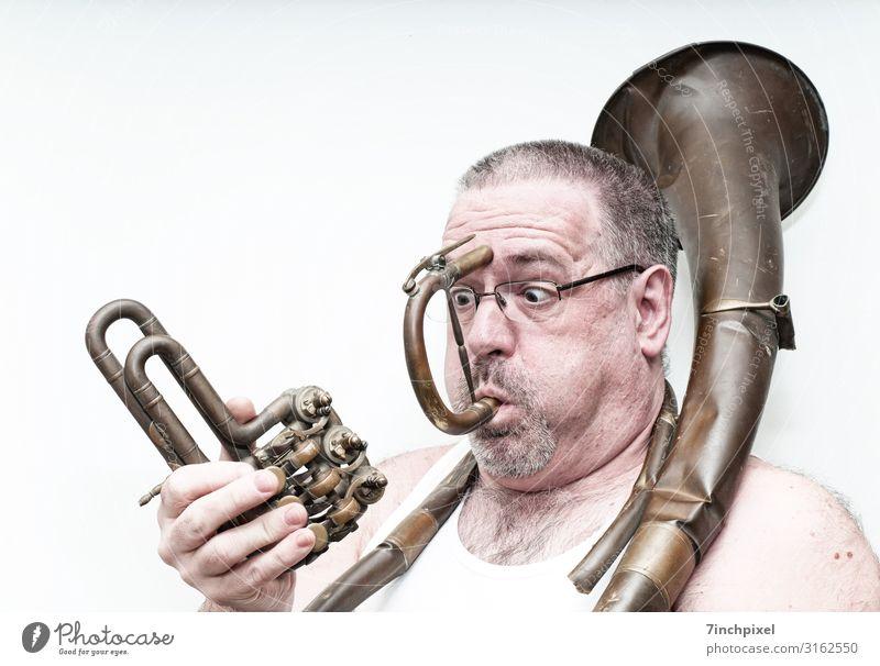 Ein verwunderter Mann spielt auf einem kaputten Blechblasinstrument Mensch maskulin Erwachsene Körper Kopf Haare & Frisuren Gesicht Auge Ohr Nase Mund Lippen