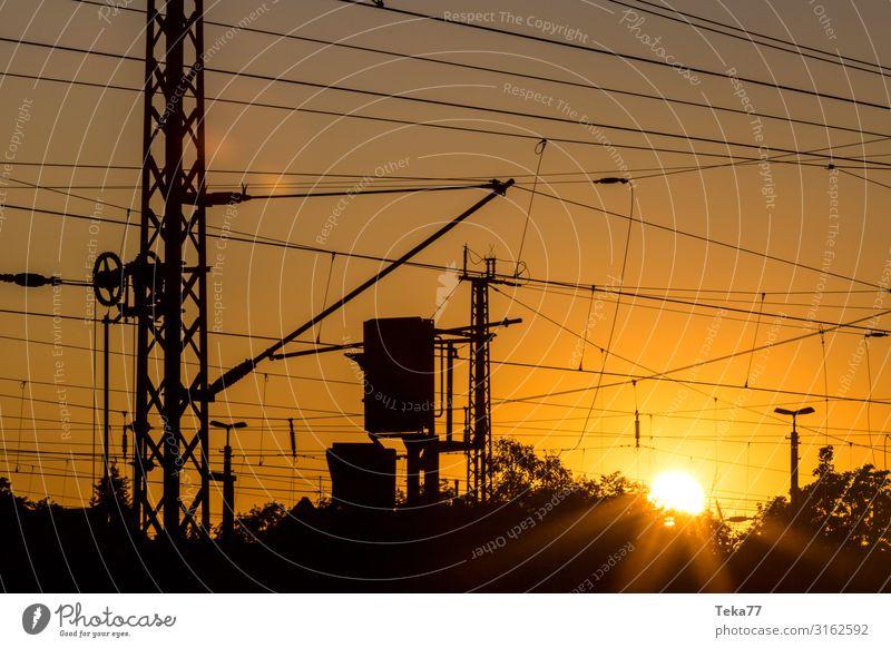 Sonnenuntergangsbahnanlagen Verkehr Verkehrsmittel Verkehrswege Schienenverkehr Bahnfahren Eisenbahn ästhetisch Oberleitung Farbfoto Außenaufnahme Abend