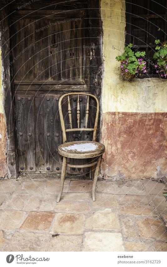 Alter verlassener Holzstuhl Stil Design Haus Möbel Stuhl Gebäude Stein Rost alt sitzen dreckig dunkel natürlich retro braun Einsamkeit antik Rücken Schaden