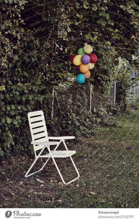 Happy Birthday (to you) Party Veranstaltung Feste & Feiern Geburtstag Garten Luftballon Kunststoff Traurigkeit trist mehrfarbig grün weiß Gefühle Stimmung