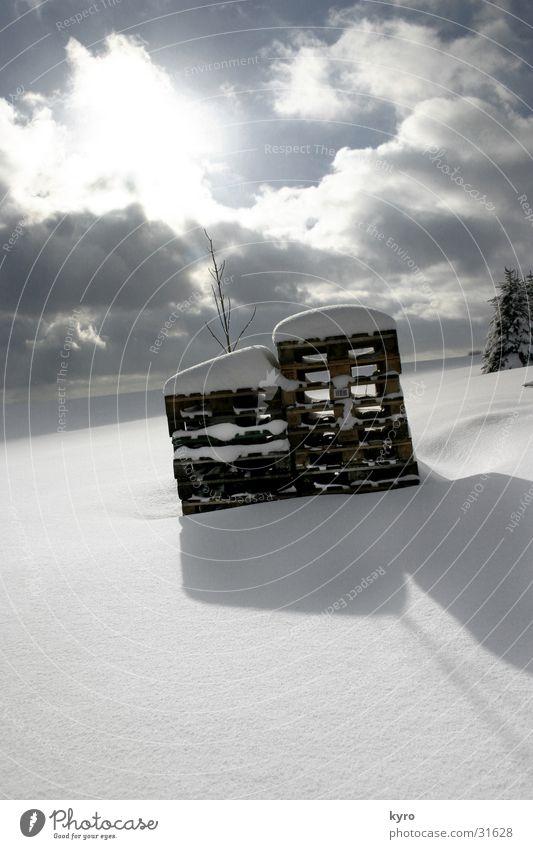 paletten im winter Winter Wolken kalt weiß tief Horizont dunkel Berge u. Gebirge Schnee Schatten Sonne hell Himmel blau