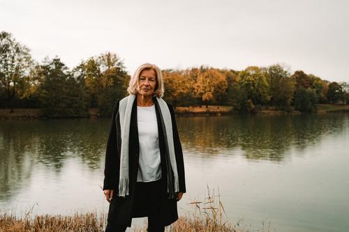 TRAUDL Frau Natur schön Landschaft ruhig Lifestyle Erwachsene Herbst Senior natürlich Glück Stil Mode See elegant blond