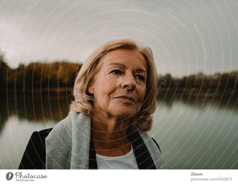 Traudl Lifestyle elegant Stil Frau Erwachsene 60 und älter Senior Umwelt Natur Landschaft Sonne Herbst Sträucher Seeufer T-Shirt Mantel Schal blond langhaarig