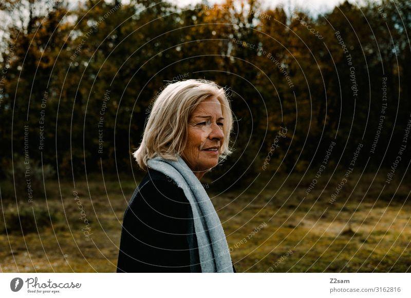 Traudl Lifestyle elegant Stil Frau Erwachsene 45-60 Jahre Natur Landschaft Herbst Schönes Wetter Sträucher Wiese Mantel Schal blond langhaarig Erholung gehen