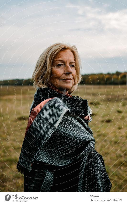 Traudl Lifestyle elegant Stil Frau Erwachsene Weiblicher Senior 60 und älter Natur Landschaft Herbst Schönes Wetter Wiese Schal blond langhaarig Erholung