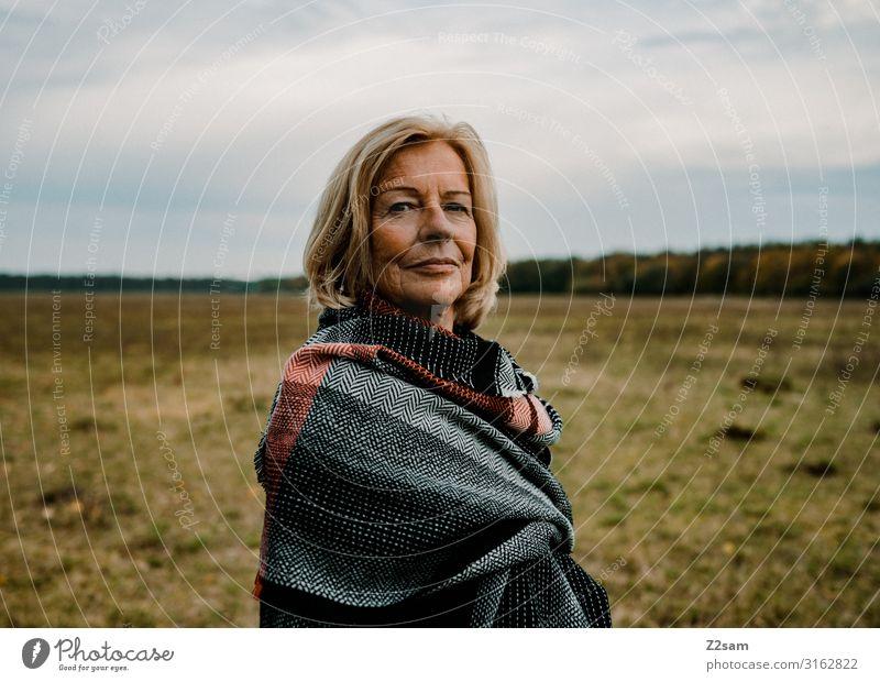Traudl Stil Weiblicher Senior Frau 60 und älter Natur Landschaft Wolken Herbst Wiese Mantel Schal Tuch blond Blick elegant Gesundheit schön natürlich feminin