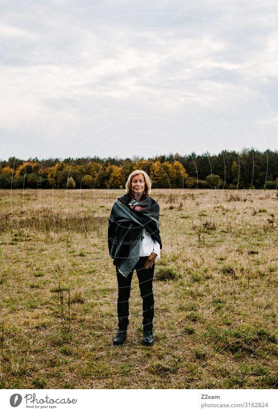 Traudl Lifestyle elegant Stil Frau Erwachsene Männlicher Senior Mann 45-60 Jahre Natur Landschaft Himmel Herbst Schönes Wetter Wiese Wald Jeanshose Schal Tuch