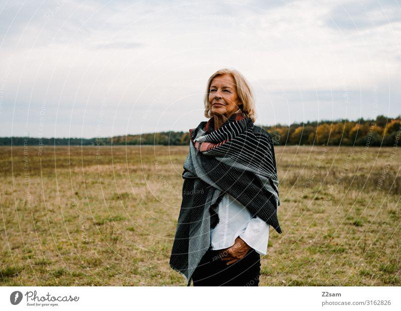 Traudl Lifestyle elegant Stil Frau Erwachsene Weiblicher Senior 18-30 Jahre Jugendliche Natur Landschaft Himmel Herbst Wiese Jeanshose Bluse Schal blond