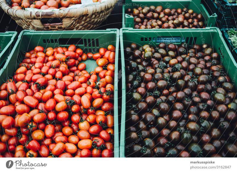 Bauernmarkt mit alten bio Tomatensorten Lebensmittel Gemüse Ernährung Essen Bioprodukte Vegetarische Ernährung Diät Fasten Fingerfood kaufen Gesundheit