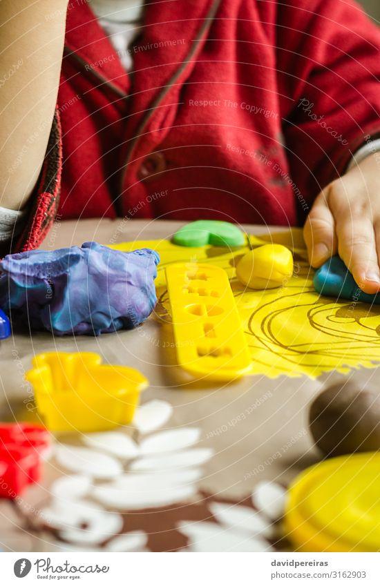 Nahaufnahme von Plastikformen und Kinderhänden auf dem Hintergrund Teigwaren Backwaren Freude Spielen Tisch Junge Kindheit Spielzeug niedlich Kreativität Aktion