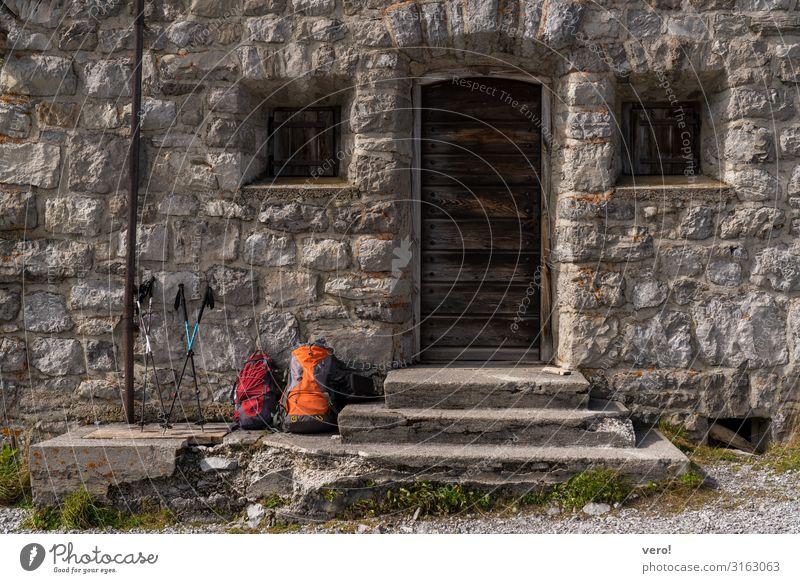 Mach mal Pause Vesper wandern Schönes Wetter Alpen Berge u. Gebirge Mauer Wand Treppe Fassade Fenster Tür Fußgänger gehen Rucksack Wanderstock Stein Bewegung