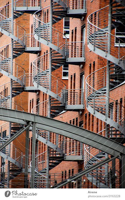 Witztreppe | UT Hamburg Alte Speicherstadt Brücke Architektur Wendeltreppe Außentreppe Notausgang Treppe Fassade Fenster Fluchtweg Metall Backstein Spirale