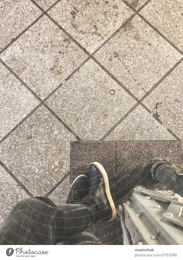 Hey Buddy Lifestyle Mann Erwachsene Beine Fuß Stadt Bahnhof stehen warten Armut dreckig trashig trist Pünktlichkeit Gelassenheit geduldig Zufriedenheit Pause