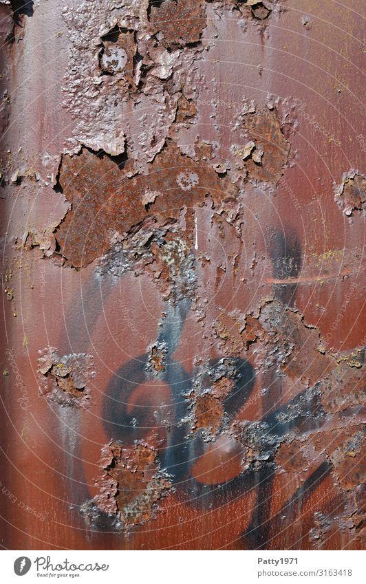 Metalloberfläche mit Rostflecken und Graffiti Container Oberfläche alt trashig braun rot Stadt Verfall Vergänglichkeit Farbfoto Außenaufnahme Menschenleer