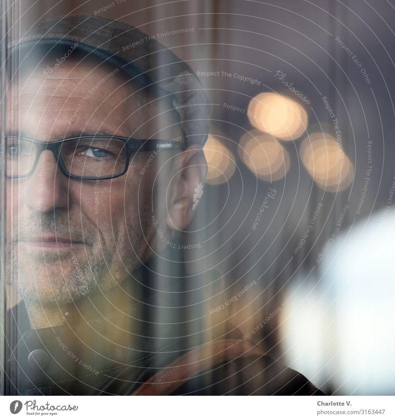 Hinter Glas | UT HH19 Mensch maskulin Mann Erwachsene Männlicher Senior Leben 45-60 Jahre Brille Mütze Dreitagebart beobachten leuchten Blick Traurigkeit