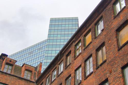 Fassaden eines alten Backsteinhauses und eines modernen Hochhauses hintereinander Himmel Wolken Herbst Hamburg Hafenstadt Stadtzentrum Menschenleer Haus Bauwerk