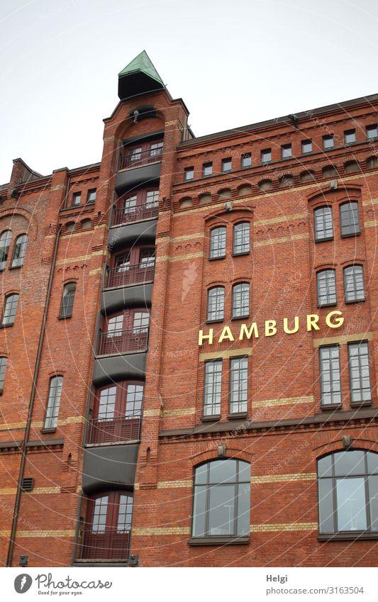 Fassade eines historischen Gebäudes in der Speicherstadt Hamburg Stadt Hafenstadt Bauwerk Architektur Fenster Wahrzeichen Alte Speicherstadt Schriftzeichen