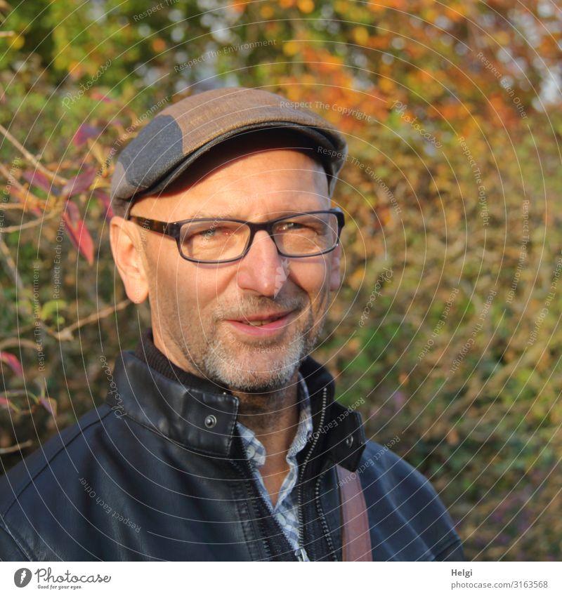 Porträt eines freundlich lächelnden Mannes mit Bart, Brille und Cap Mensch maskulin Erwachsene Männlicher Senior 1 45-60 Jahre Umwelt Natur Pflanze Herbst