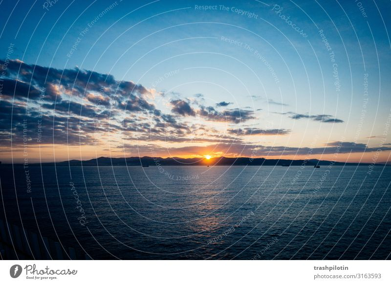 Sunrise over sea Natur Landschaft Himmel Wolken Sonne Sonnenaufgang Sonnenuntergang Sonnenlicht Ferien & Urlaub & Reisen Kreuzfahrt Meer Wolkenformation