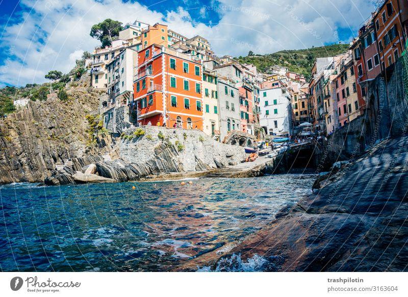 Cinque Terre Natur Landschaft Sommer Wellen Meer Riomaggiore Italien Europa Kleinstadt Haus Fassade Sehenswürdigkeit Wahrzeichen Ferien & Urlaub & Reisen