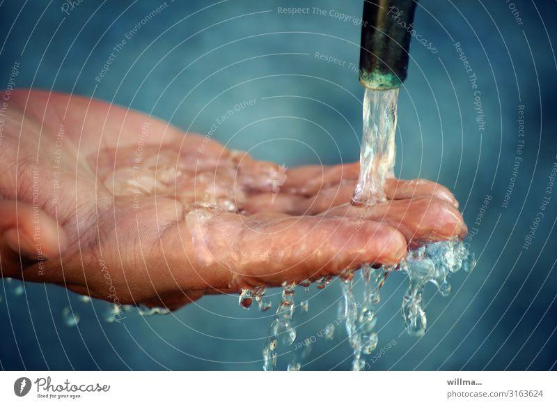 Lebenselixier Wasser fließt auf Hand Finger Wasserhahn kalt nass Wassertropfen tropfend Erfrischung Trinkwasser Hintergrund neutral Sauberkeit Hygiene Tropfen