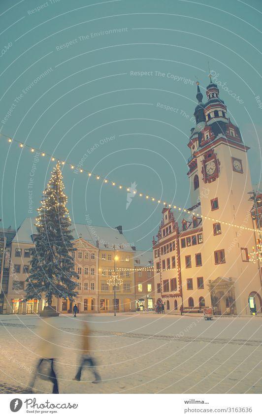 Weihnachlicher Marktplatz mit Weihnachtsbaum Weihnachten & Advent Winter Schnee Chemnitz Rathaus leuchten Beleuchtung Lichterkette Gedeckte Farben Außenaufnahme