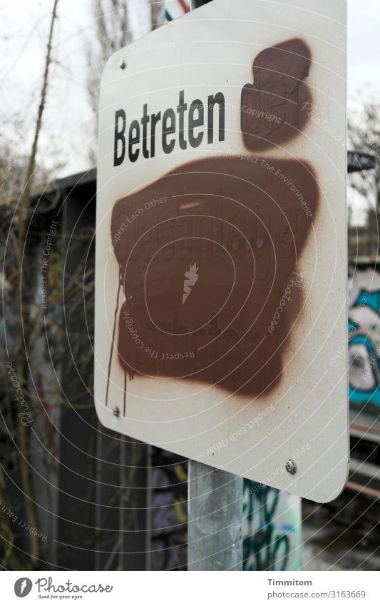 Karl zögert Wirtschaft Umwelt Verkehr Bahnfahren Schienenverkehr Metall Kunststoff Zeichen Schriftzeichen Hinweisschild Warnschild rebellisch Stadt braun weiß