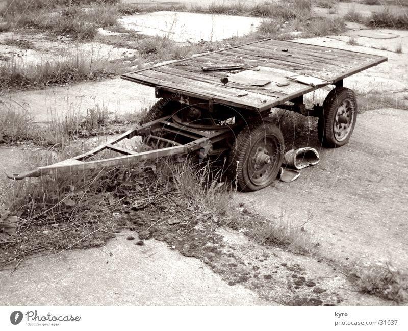 ein bollerwagen alt Holz Metall Perspektive Industrie Güterverkehr & Logistik verfaulen Rad Rost Sepia Wagen Bodenplatten Grauwert