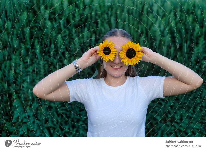 Sonnenblumen Mensch feminin Junge Frau Jugendliche 1 18-30 Jahre Erwachsene Natur Sommer Garten T-Shirt Blühend Lächeln stehen Duft Freundlichkeit Fröhlichkeit