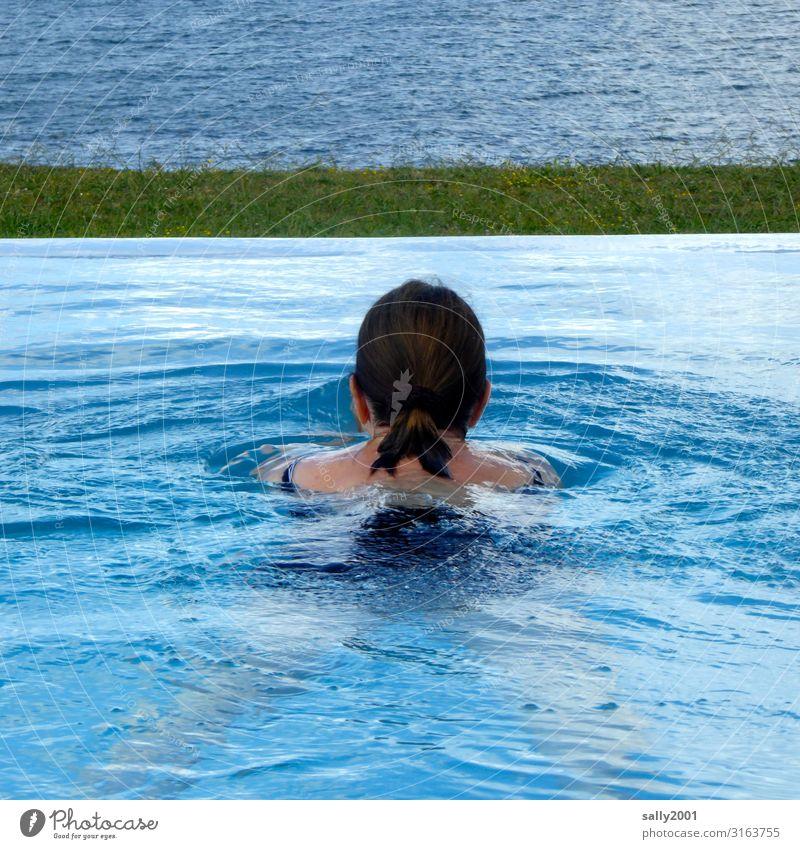 Die Badesaison ist eröffnet... Frau schwimmen baden Pool Swimmingpool Infinity Pool blau Sommer erfrischen erfrischend Meer Aussicht Ausblick Schwimmerin Urlaub