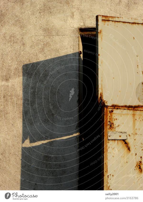 geheimnisvolle alte Tür... Tor Haus Gebäude rostig Rost Schatten offen Metall Metalltür Eingang Außenaufnahme Eingangstür Mauer Wand Farbfoto Architektur