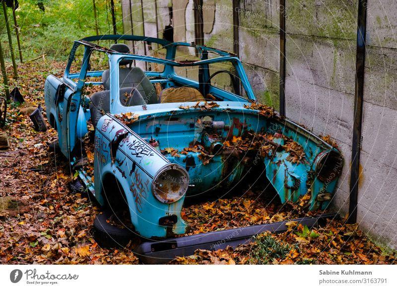 Trabi Fahrzeug PKW Trabbi alt dreckig kaputt blau Senior Stadt Verfall Vergangenheit Vergänglichkeit Wandel & Veränderung Herbst Farbfoto Außenaufnahme