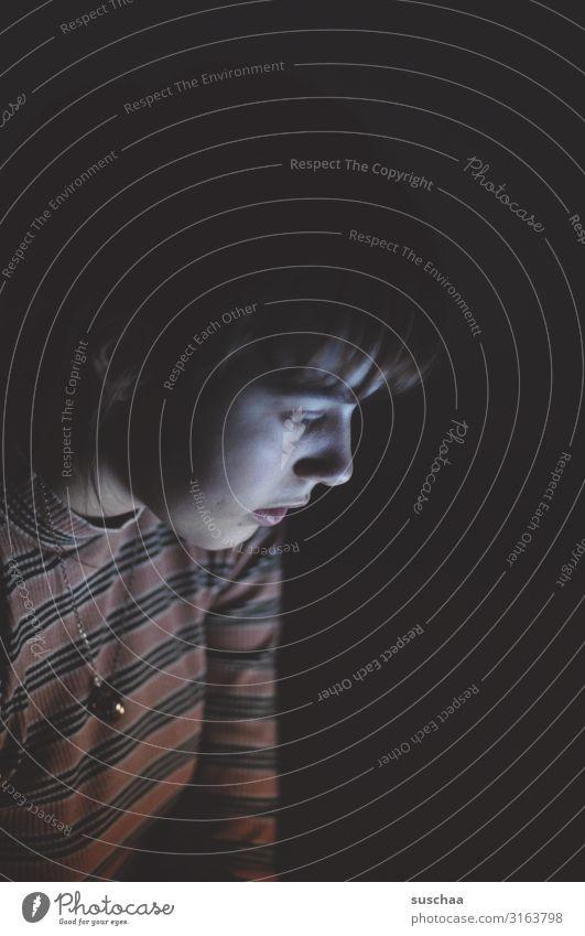 teenager, der im dunkeln auf ein handydisplay schaut Teenager Jugendliche Zuhause im Dunkeln allein allein zu Hause stay home Kontaktsperre Korona-Krise einsam
