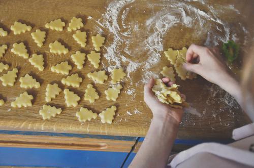 mehr kekse Weihnachten & Advent Hand Mädchen süß lecker Süßwaren Vorfreude Zucker Plätzchen backen Keks Teigwaren Mehl Weihnachtsgebäck stechen Interpretation