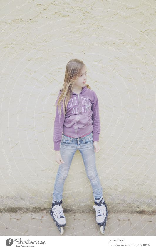 skaterin Kind Mädchen Kindheit Rollschuhe Inline skates Inline Skating stehen Wand Außenaufnahme Spielen Porträt High Key Pastellton