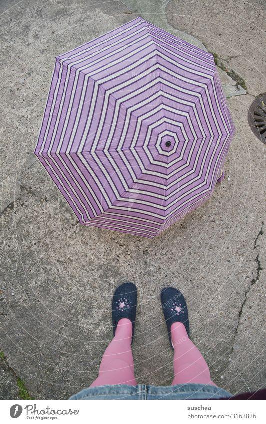 regenwetter Regenschirm Wetter Schirm Schutz Novemberwetter Herbst kalt Gewitter Klima Klimawandel Straße Asphalt Beine rosa violett Hausschuhe Füße skurril