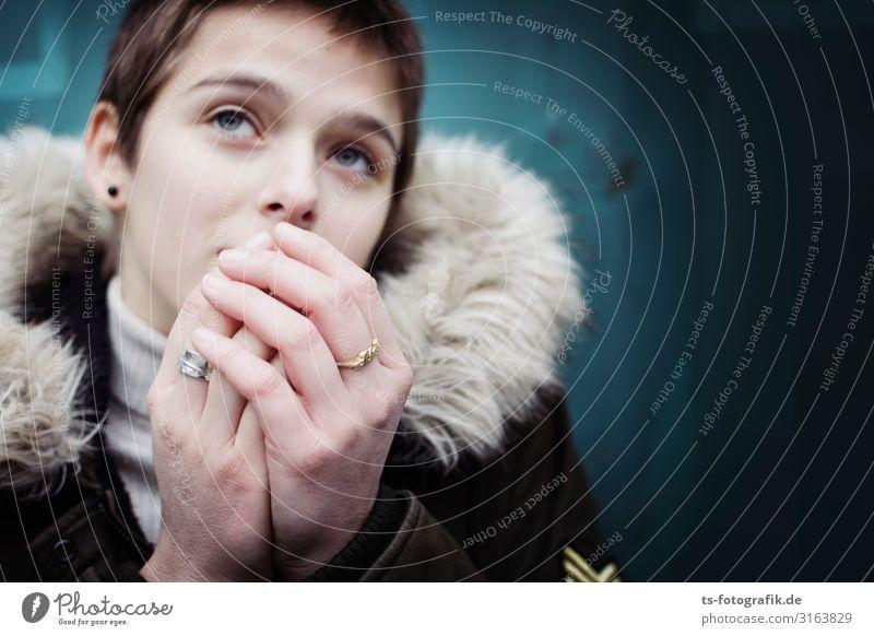 Cooled down Mensch feminin Junge Frau Jugendliche Gesicht Hand Finger 1 13-18 Jahre 18-30 Jahre Erwachsene Jacke Mantel Stoff Fell Fellkragen Ring
