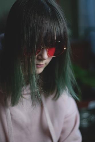 teenager mit grünen haaren (3) Kind Jugendliche Junge Frau Mädchen dunkel Gesicht Traurigkeit Haare & Frisuren retro nachdenklich Brille lesen Wachsamkeit
