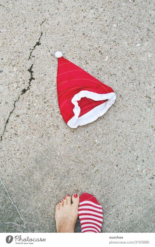 nikolausi (2) Weihnachtsmann Weihnachten & Advent Nikolausmütze Straße Asphalt Riss Fuß Füße Barfuß Zehen lackierte Zehennägel rot Strümpfe gestreift Tradition