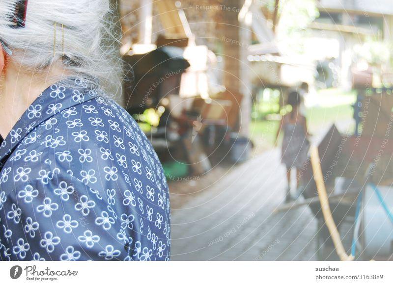 generationen Frau Weiblicher Senior Großmutter Urgroßmutter Kind Mädchen Enkel Urenkelkind Spielen Heimat bei Großmutter grauhaarig Haare & Frisuren Haarspange