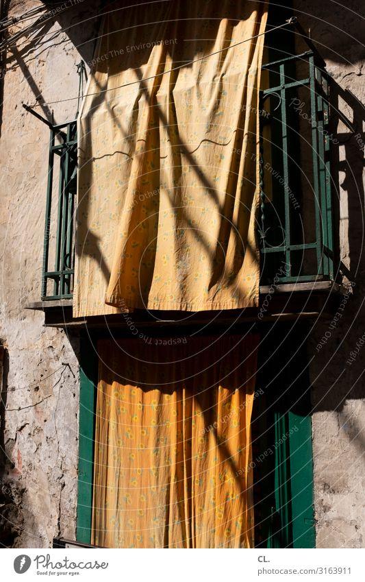 via lume Wärme Palermo Italien Südeuropa Sizilien Mauer Wand Fenster Vorhang Stoff ästhetisch orange Sichtschutz Privatsphäre Farbfoto Außenaufnahme