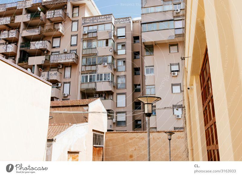 zisa Stadt Haus Fenster Architektur Wand Gebäude Mauer Fassade Häusliches Leben Hochhaus authentisch Schönes Wetter Italien Bauwerk viele Straßenbeleuchtung