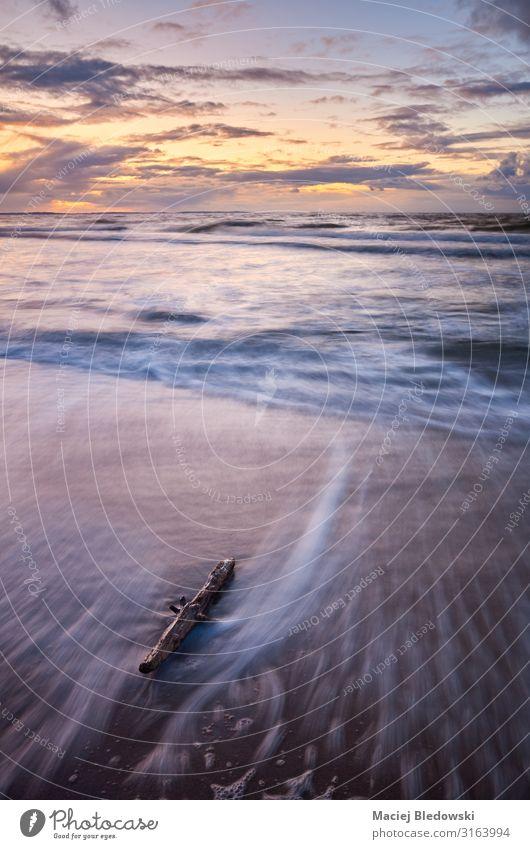 Malerischer Sonnenuntergang an einem Strand. Ferien & Urlaub & Reisen Tourismus Ferne Sommer Sommerurlaub Meer Wellen Natur Landschaft Himmel Horizont Küste